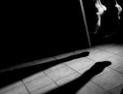 Tak Mampu Menahan Duka, Anak Gantung Diri di Sebelah Jenazah Ibunya