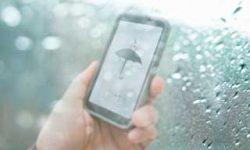 Cara Aman Lindungi HP Saat Musim Hujan